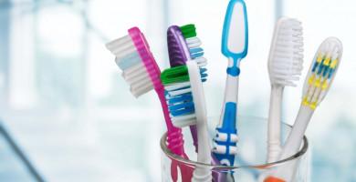 Deixe sua escova de dentes longe das bactérias em 7 passos